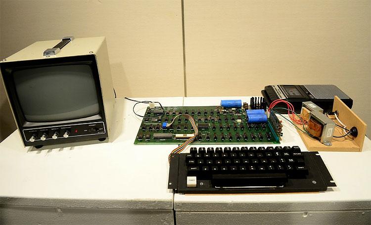 Раритетный компьютер Apple был продан на аукционе Sotheby's в два раза